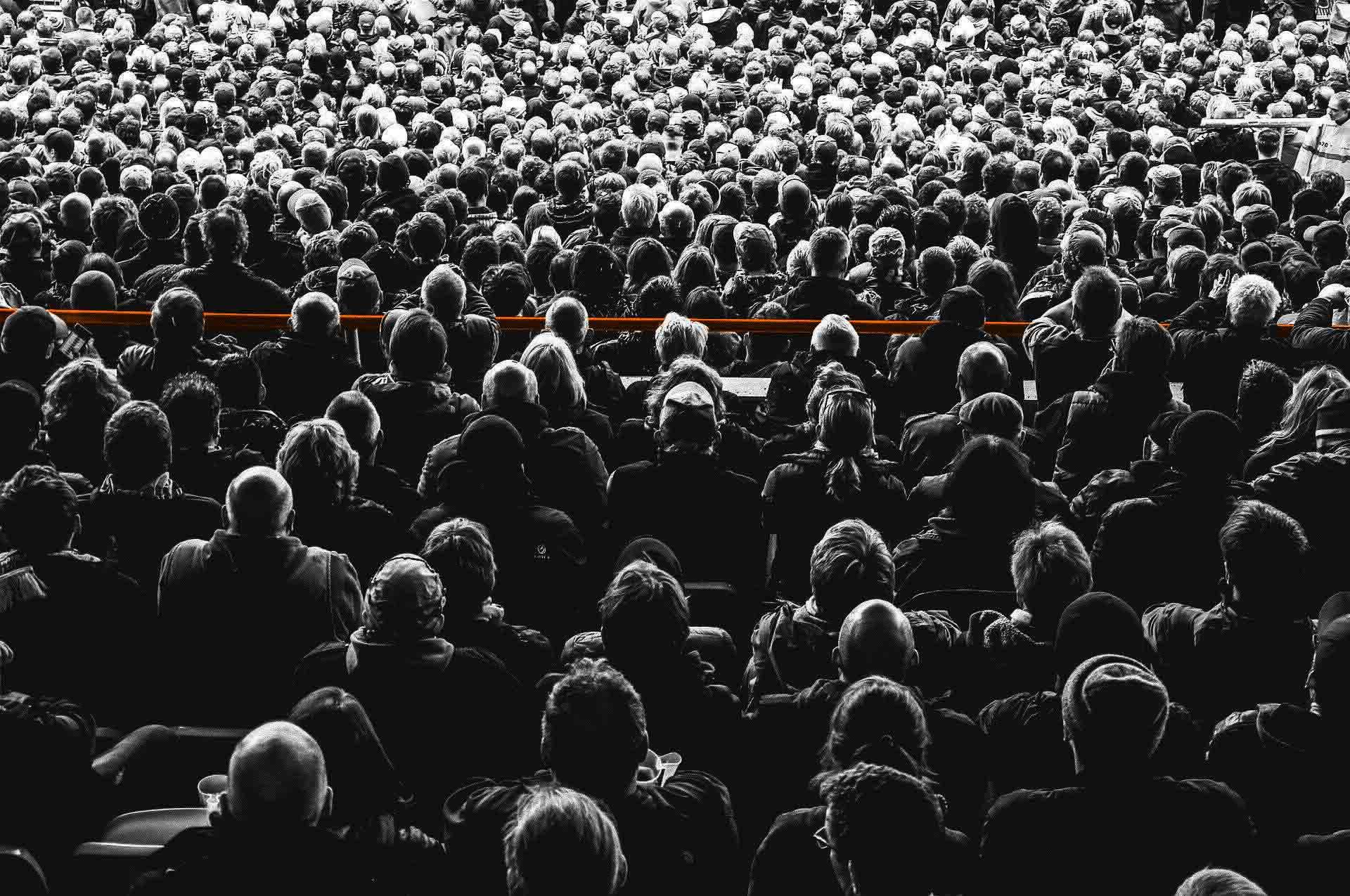 folla-linea-arancione-servizi-mercomm-agenzia-comunicazione